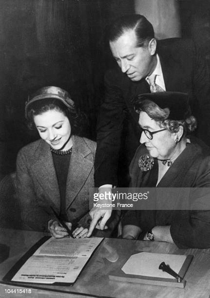 The actress Margaret LOCKWOOD signing the contract to play one of the principal roles in a peice by Agatha CHRISTIE THE SPIDER'S WEB in the presence...
