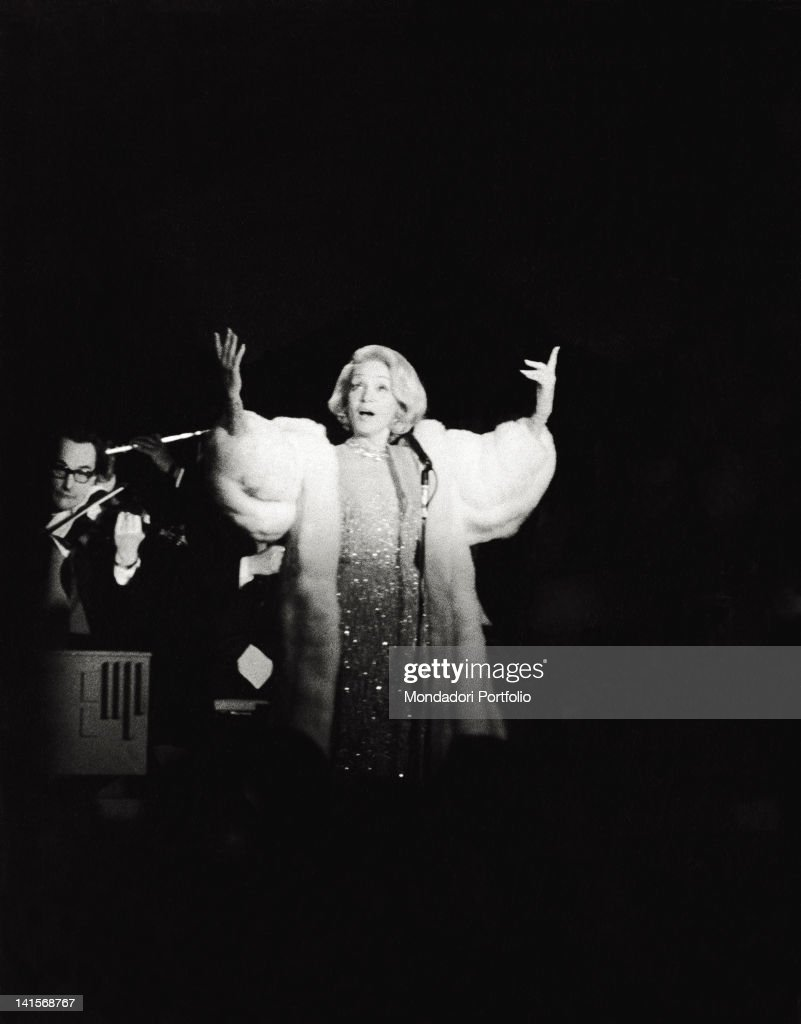 The actress Marlene Dietrich during her evening at the Bussola. Viareggio, 1972.