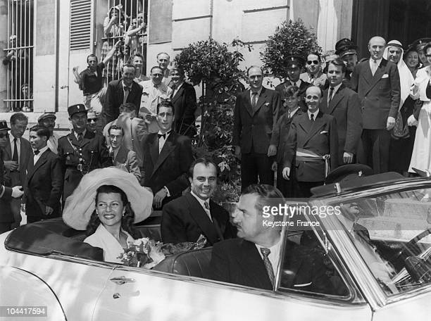 The actress Rita HAYWORTH and Prince Ali KHAN in a white Cadillac going to the Chateau de l'Horizon at the close of their marriage at the city hall...