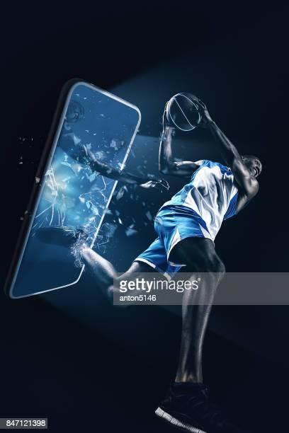 Der afrikanische Mann-Basketball-Spieler mit Ball springen
