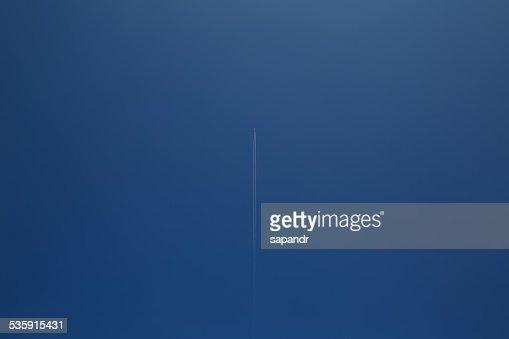 O avião com o Rasto de Fumo de Avião : Foto de stock