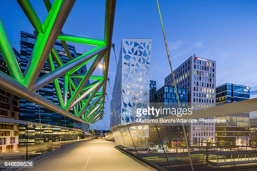 The Akrobaten (the acrobat) pedestrian bridge (designed by L2 Architects) and the Bjørvika Barcode (masterplan designed by MVRDV of Rotterdam and the Norwegian firms DARK Architects and A-lab) : Stockfoto