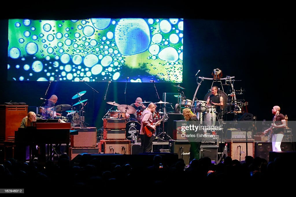The Allman Brothers Band' <a gi-track='captionPersonalityLinkClicked' href=/galleries/search?phrase=Gregg+Allman&family=editorial&specificpeople=741073 ng-click='$event.stopPropagation()'>Gregg Allman</a>, Jai Johanny 'Jaimoe' Johanson, Butch Trucks, <a gi-track='captionPersonalityLinkClicked' href=/galleries/search?phrase=Derek+Trucks&family=editorial&specificpeople=2238705 ng-click='$event.stopPropagation()'>Derek Trucks</a>, <a gi-track='captionPersonalityLinkClicked' href=/galleries/search?phrase=Warren+Haynes&family=editorial&specificpeople=220730 ng-click='$event.stopPropagation()'>Warren Haynes</a>, Marc Qui–ones and Oteil Burbridge perform at Beacon Theatre on March 1, 2013 in New York City.