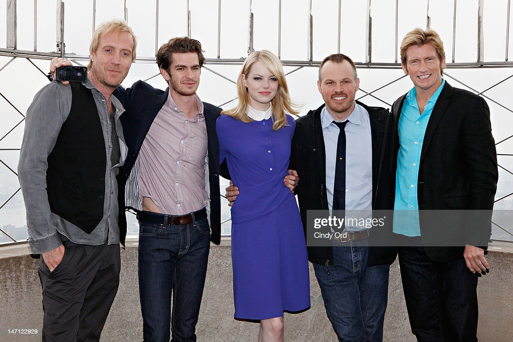 'The Amazing Spider-Man' Cast (L - R) actor <a gi-track='captionPersonalityLinkClicked' href=/galleries/search?phrase=Rhys+Ifans&family=editorial&specificpeople=204530 ng-click='$event.stopPropagation()'>Rhys Ifans</a>, actor <a gi-track='captionPersonalityLinkClicked' href=/galleries/search?phrase=Andrew+Garfield&family=editorial&specificpeople=4047840 ng-click='$event.stopPropagation()'>Andrew Garfield</a>, actor <a gi-track='captionPersonalityLinkClicked' href=/galleries/search?phrase=Emma+Stone&family=editorial&specificpeople=672023 ng-click='$event.stopPropagation()'>Emma Stone</a>, director <a gi-track='captionPersonalityLinkClicked' href=/galleries/search?phrase=Marc+Webb&family=editorial&specificpeople=637083 ng-click='$event.stopPropagation()'>Marc Webb</a> and actor <a gi-track='captionPersonalityLinkClicked' href=/galleries/search?phrase=Denis+Leary&family=editorial&specificpeople=204773 ng-click='$event.stopPropagation()'>Denis Leary</a> visit The Empire State Building on June 25, 2012 in New York City.
