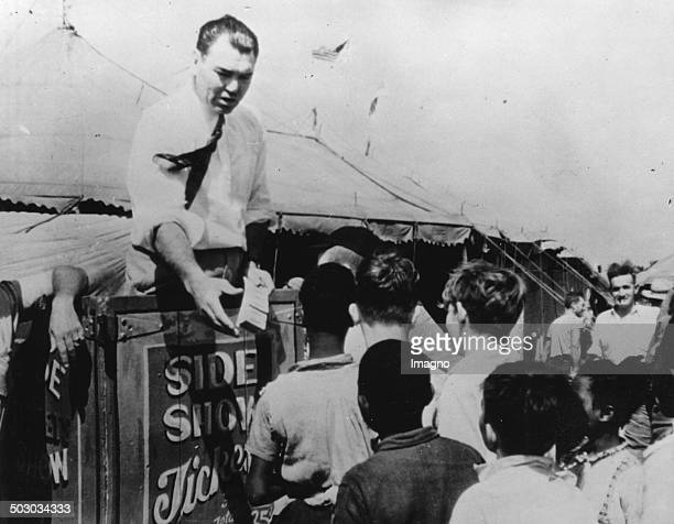 The American boxer Jack Dempsey sells tickets in front of a circus in Portsmouth / Virginia In the circus he works as a referee in boxing matches...