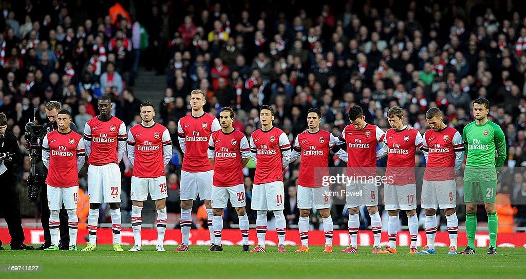 Hilo del Arsenal The-arsenal-squad-hold-a-minutes-silence-for-tom-finny-ex-preston-picture-id469741827