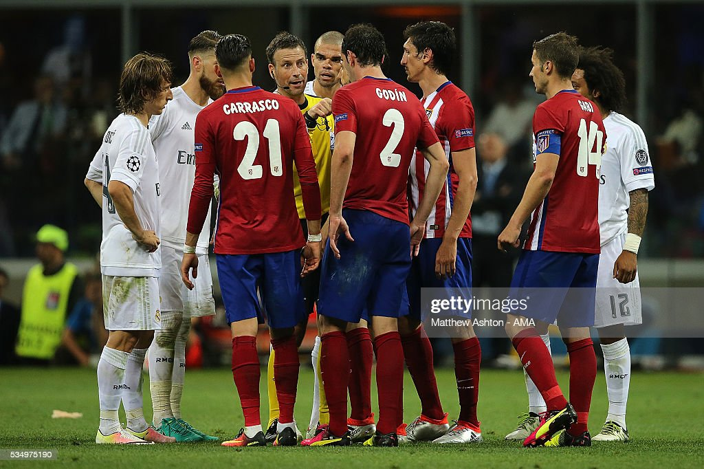 The Atletico Madrid and Real Madrid players surround Referee <a gi-track='captionPersonalityLinkClicked' href=/galleries/search?phrase=Mark+Clattenburg&family=editorial&specificpeople=2108870 ng-click='$event.stopPropagation()'>Mark Clattenburg</a> during the UEFA Champions League final match between Real Madrid and Club Atletico de Madrid at Stadio Giuseppe Meazza on May 28, 2016 in Milan, Italy.