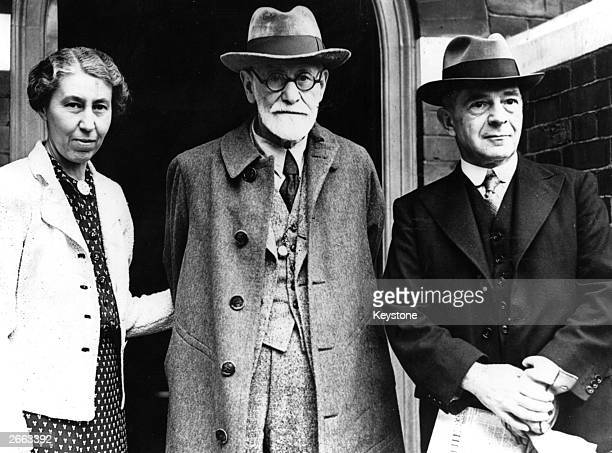 The Austrian psychologist neurologist and founder of psychoanalysis Sigmund Freud with his daughter Mrs Hollistschek and Welsh psychoanalyst Dr...