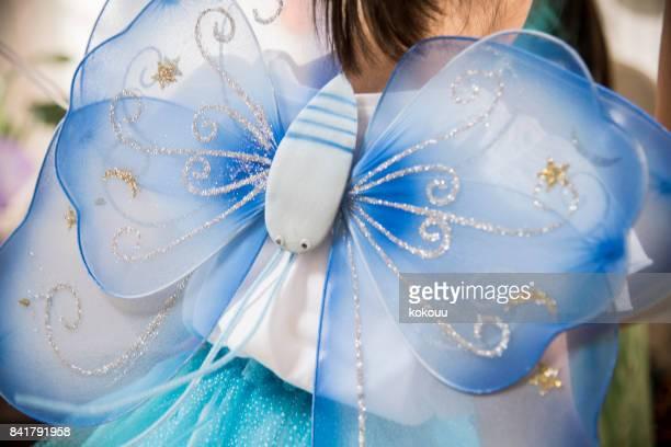 Le dos d'une jeune fille dans un costume de fée.