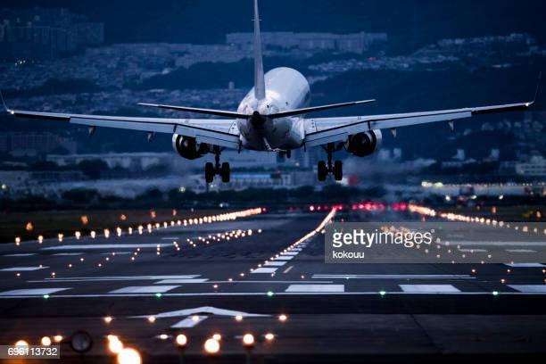La parte trasera de un avión al despegar.