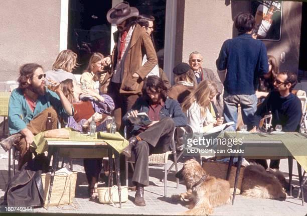 Ibiza Groupe de hippies les 'peluts' à la terrasse d'un café à IBIZA