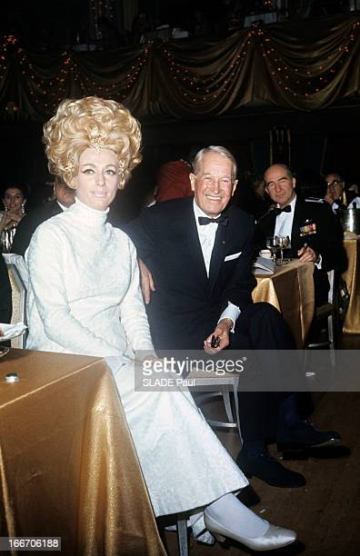 The Ball 'April In Paris' In New York Aux EtatsUnis à New York en octobre 1967 durant le bal 'April in Paris' Maurice CHEVALIER chanteur et acteur en...