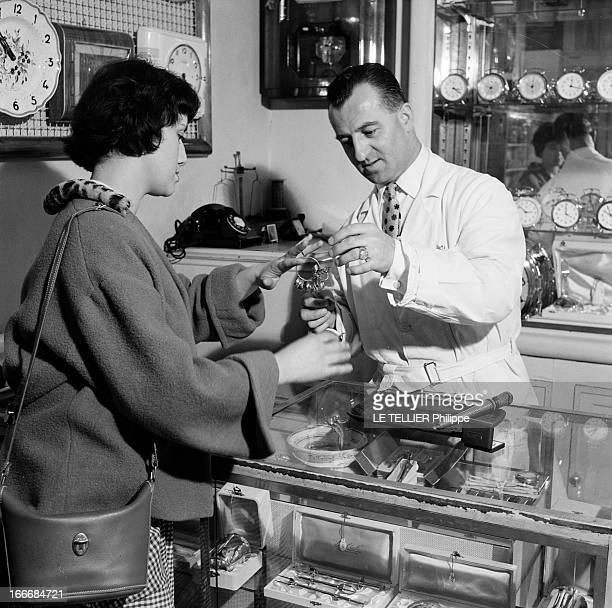 The Ball Of The Fiances En juin 1955 en France une jeune femme choisit une bague chez un bijoutier avant de se rendre à un bal populaire