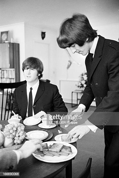 The Beatles Awarded The 'MBE' At Buckingham Palace And In Private Le 12 juin 1965 les membres du groupe de musiciens anglais les BEATLES ici John...