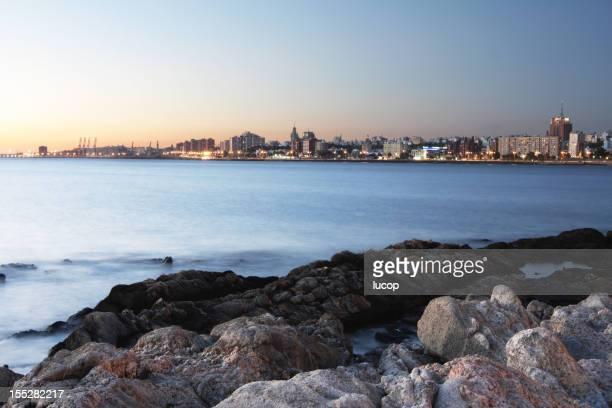 Montevideo city scape avec rochers sur la côte au crépuscule