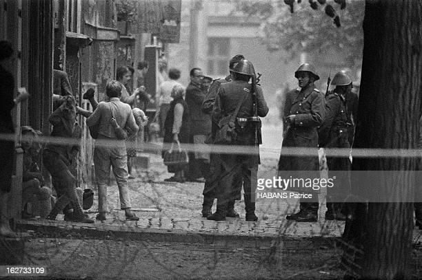 en une nuit les 45 Km séparant les deux Berlin se sont hérissés de cordons de vopos dressés pour stopper la fuite des Allemands de l'Est vers...