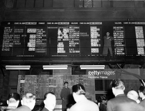The boards diplaying the gold stocks at the Stock Exchange of Paris in December 1958