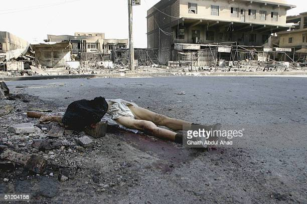 The body of a dead civilian is seen on Madina street close to the shrine of Imam Ali on August 22 2004 in Najaf Iraq After a night of heavy US aerial...