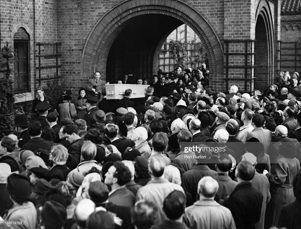 The body of Irish playwright George Bernard Shaw arrives at Golders Green Crematorium in London 6th November 1950