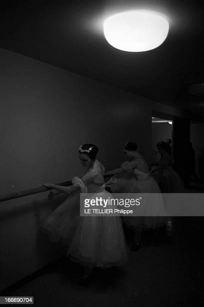 The Bolchoi Theater In Moscow Le 29 novembre 1963 à Moscou du temps de l'URSS des ballerines en costume de scène 'font la barre' pour s'échauffer...