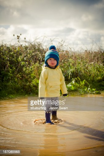 The boy and the puddle : Foto stock