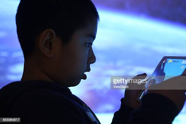 The boy in the use of flat panel computer