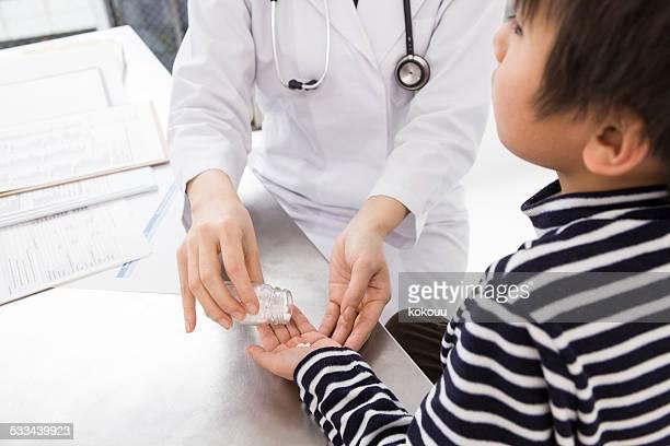Il ragazzo che riceve un tablet da un medico