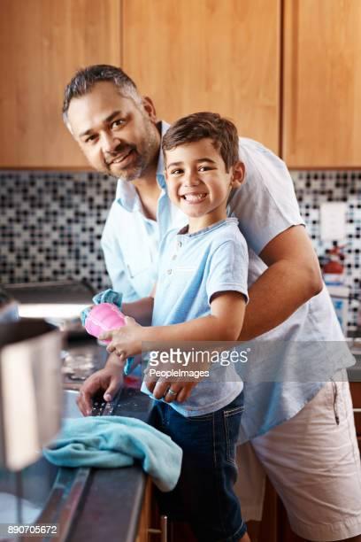 Les garçons peuvent aussi laver la vaisselle