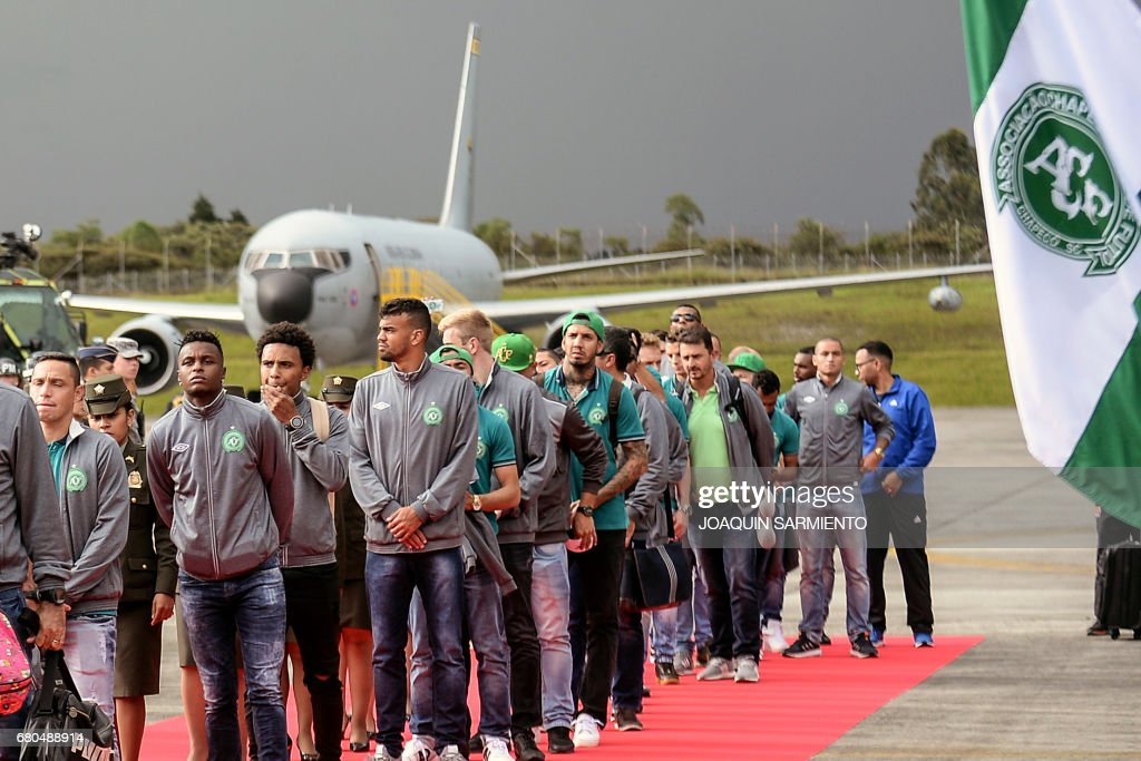The Brazilian football team Chapecoense arrives by plane to the airport in Rionegro, near Medellin, Colombia, on May 8, 2017, two days before their final match against the Colombian team Atletico Nacional in the Recopa Sudamericana. Brazil's Chapecoense football club was all but wiped out in an air crash in Colombia last November. / AFP PHOTO / Joaquin Sarmiento