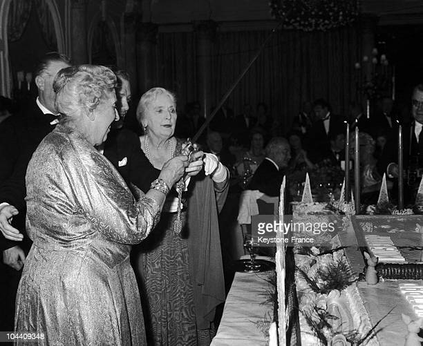 The British writer Agatha CHRISTIE at the London Savoy Hotel participating to a party given to celebrate the 10th anniversary of a theatre play she...