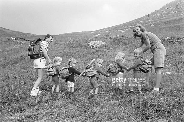 The Brunner Paris Match Quintuplets Take Up Mountaineering En France le 21 août 1981 Pendant les vacances d'été les quintuplés de la famille BRUNNER...