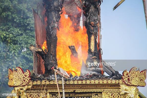 UBUD BALI GIANYAR INDONESIA The bull sarcophagus burns during the cremation procession The Royal Cremation or 'Ngaben' of Balinese Anak Agung Gede...