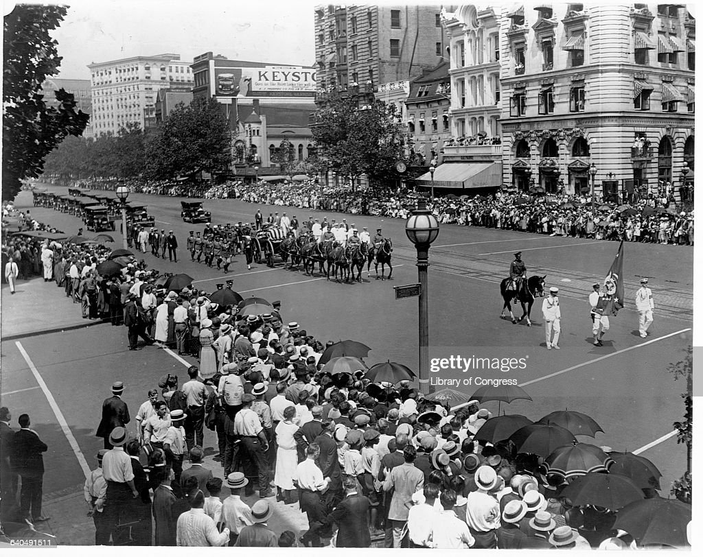 The caisson bearing President Harding's coffin crosses 11th Street headed down Pennsylvania Avenue to the Capitol Building from the White House...