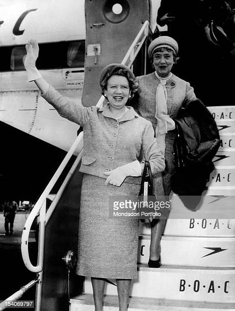 The Canadian businesswoman Elizabeth Arden hails from the steps of an airplane May 1959