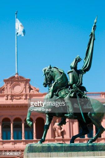 The Casa Rosada and the Belgrano statue.