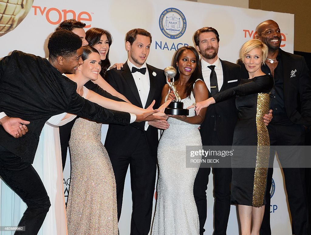 The Cast Of 'how To Get Away With Murder' Pose With Their Award For