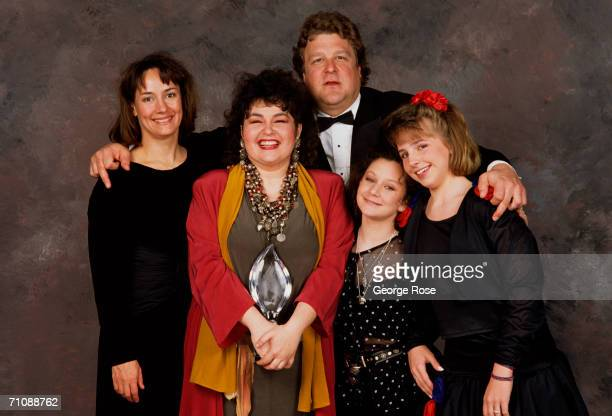 The cast of Roseanne Laurie Metcalf Roseanne Barr John Goodman Sara Gilbert and Lecy Goranson pose backstage after winning the 1989 People's Choice...
