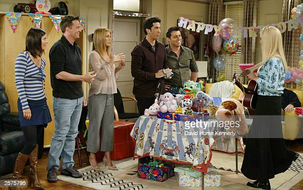 The cast of the hit NBC series 'Friends' Courteney Cox Arquette Matthew Perry Jennifer Aniston David Schwimmer and Matt LeBlanc listen to Lisa Kudrow...