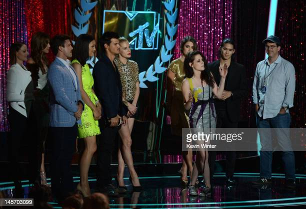 The cast of 'Twilight Breaking Dawn Part 1' accepts the Best Movie award onstage during the 2012 MTV Movie Awards held at Gibson Amphitheatre on June...