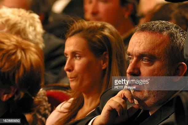 The Awards La 28ème cérémonie des CESAR 2003 au théâtre du Châtelet à PARIS Dominique FARRUGIA de troisquarts un doigt sur la bouche assis aux côtés...