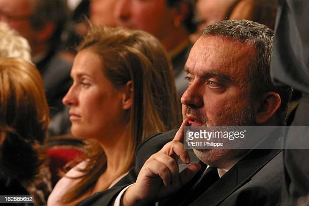 The Awards La 28ème cérémonie des CESAR 2003 au théâtre du Châtelet à PARIS Dominique FARRUGIA de troisquarts un doigt sur la bouche assis dans la...