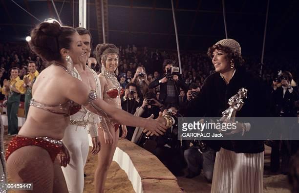 The Circus Festival In Monte Carlo Principauté de MonteCarlo décembre 1974 Lors du festival du cirque Caroline DE MONACO souriante remercie les trois...