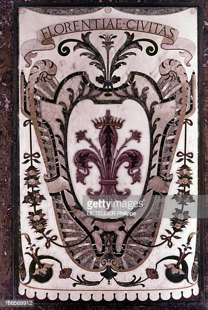 The City Of Florence Italy Florence juin 1967 Un blason en marbre représentant un lys rouge emblème de la ville de Florence