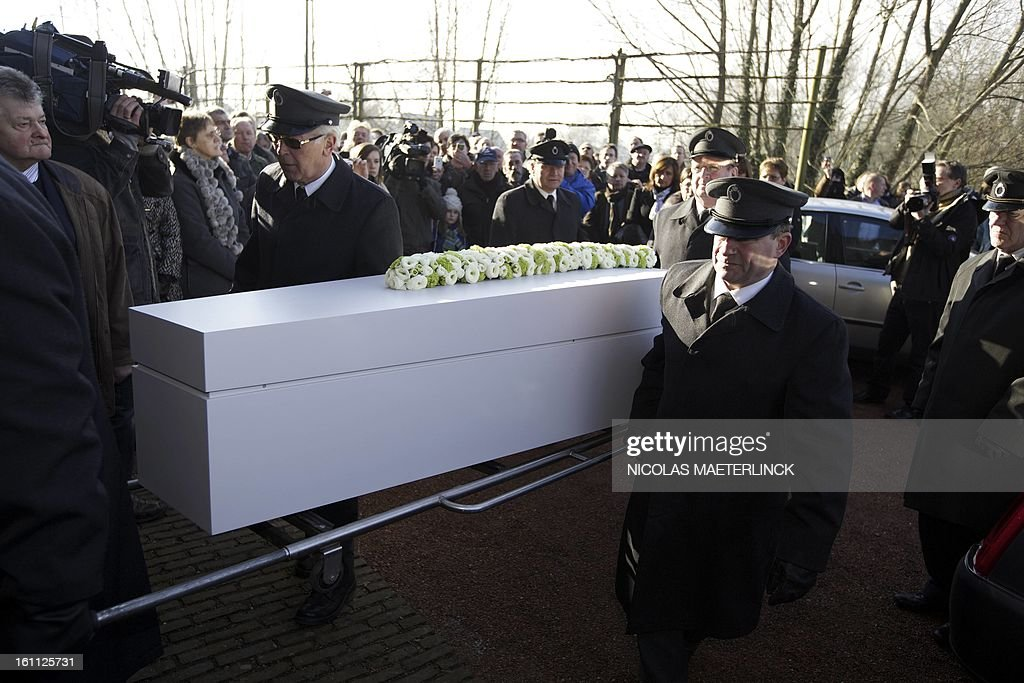 The coffin of Belgian painter Roger Raveel is lifted by feneral employees during his funeral ceremony, on February 9, 2013 in Machelen-aan-de-Leie. Roger Raveel died on January 30 at the age of 91. MAETERLINCK