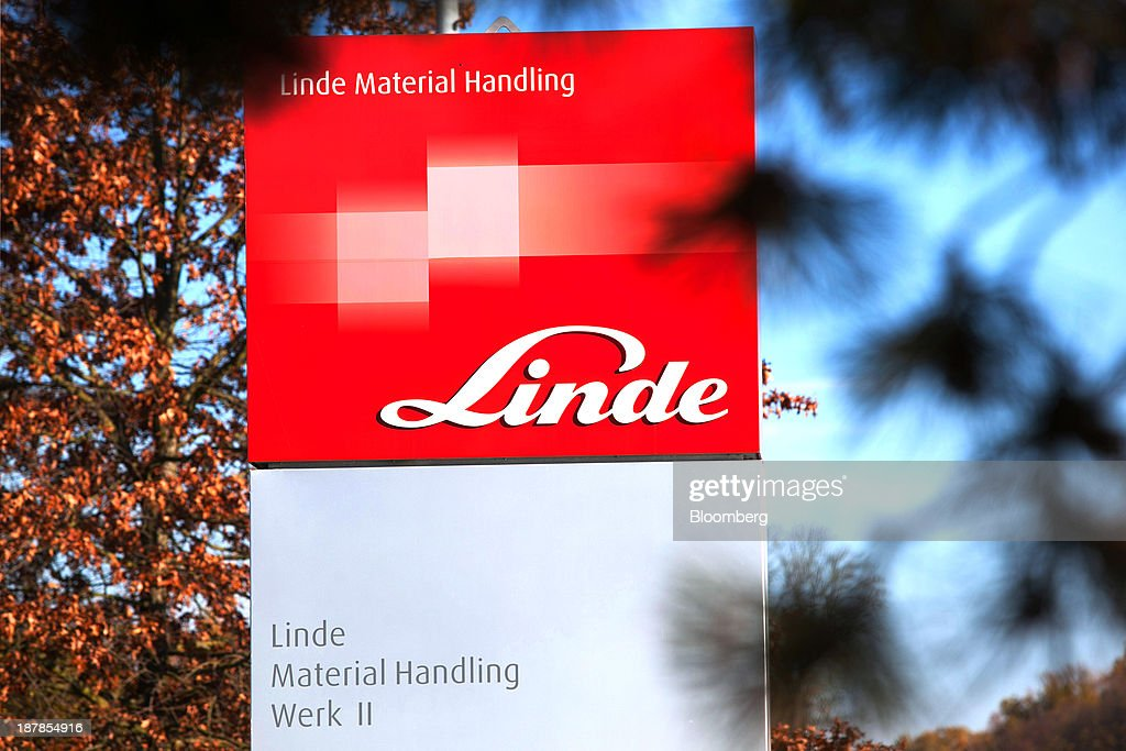 The company logo sits on a sign outside the Linde Material Handling GmbH factory, a unit of Kion Group AG, in Aschaffenburg, Germany, on Tuesday, Nov. 12, 2013. Kion Group AG, the German forklift-maker which listed shares in June, is looking to expand its global sales network via acquisitions to catch up with main competitor Toyota Industries Corp. Photographer: Krisztian Bocsi/Bloomberg via Getty Images