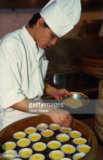 The cook in the kitchen of the Shang Palace in Kowloon : Stock Photo