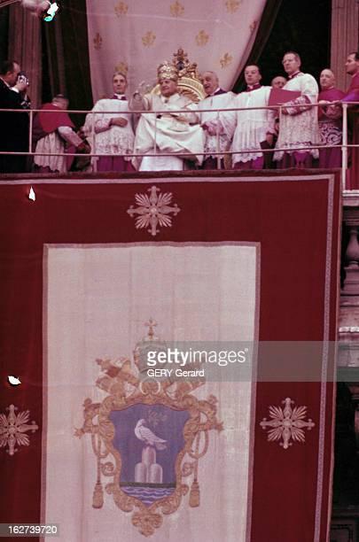 The Coronation Of Pope John Xxiii Rome 5 novembre 1958 Lors de son couronnement vue du balcon où le pape JEAN XXIII coiffé de la tiare assis sur un...