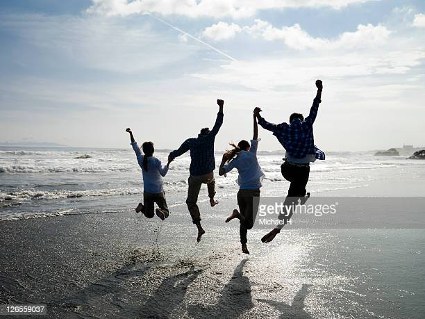 The couples who jump all at once in a beach