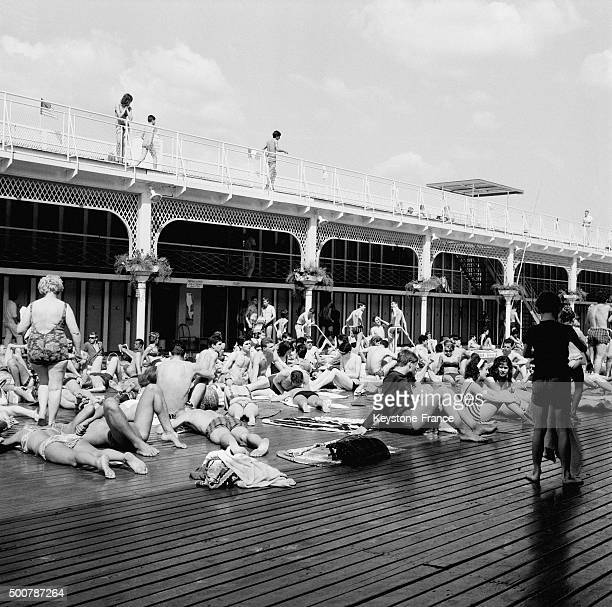 Piscine deligny photos et images de collection getty images for Where to swim in paris