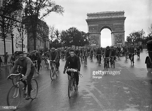 The cyclists of the Tour de France going down the avenue des ChampsElysées on their bicycles before taking the train at the gare de Lyon for Evian...